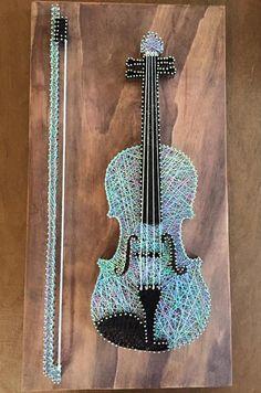 A colored violin. String Wall Art, Nail String Art, String Crafts, Violin Art, String Art Patterns, Thread Art, Pin Art, Diy Arts And Crafts, Rock Art