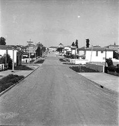 Rua Borges Lagoa em direção à Rua Domingos de Morais. Ao fundo, a Igreja NS da Saúde, ainda sem a torre. Bem à direita, ao fundo, o Colégio Arquidiocesano. Final dos anos 40 ou início dos anos 50.