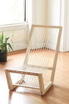 Voici une chaise longue composée d'une seule et unique pièce de bois pour la structure et de près de 30m de corde tressée et non coupée pour l'assise et le