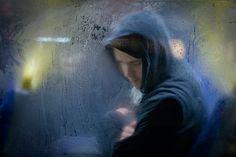 Il fotografo inglese Nick Turpin ha catturato, nelle ore notturne di serate invernali, espressioni, sonni e indecifrabili pensieri di passeggeri (più o meno) comodamente seduti su mezzi pubblici londinesi.  Una registrazione acuta e paziente, di istanti veloci e transitori, che, grazie alla fotografia, acquisiscono un valore di autentica veridicità. Meravigliose immagini che richiamano sfumature, contorni e annebbiamenti di notti assonnate.  Il progetto si chiama: Through a Glass Darkly