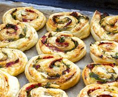 Bladerdeeg rolletjes met chorizo I Love Food, Good Food, Yummy Food, Tapas, Cheese Party, Ham And Cheese, What You Eat, Mozzarella, Foodies