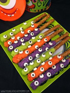 Halloween Eerie Eyeball Pretzel Rods dipped in chocolate and covered in sugar crystals. Halloween Desserts, Halloween Chocolate, Halloween Goodies, Halloween Food For Party, Halloween Birthday, Holidays Halloween, Halloween Treats For School, School Treats, Halloween 2020