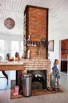 wiejska kuchnia z kominkiem z czerwonej cegły - Lovingit.pl