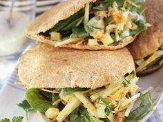 Vollkorn-Pitabrot mit Spinatsalat und Walnüssen gefüllt | Zeit: 30 Min. | http://eatsmarter.de/rezepte/vollkorn-pitabrot-mit-spinatsalat-und-walnuessen-gefuellt