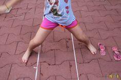 Que tal fazer brincadeiras de rua? Pular elastico, vai e vem e outras pra fazer em casa.