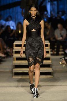 Tendances mode printemps été 2016 - Décolleté croisé, Givenchy