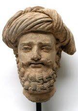 Tête d'homme barbu coiffé d'un important turban très élaboré stucco Taille : 30 cm. (11.8 in.)