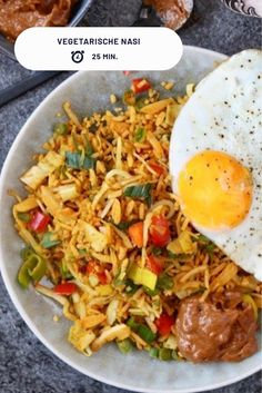 Recipe for a super tasty vegetarian fried rice with homemade peanut sauce. Tasty Vegetarian, Vegetarian Fried Rice, Vegetarian Appetizers, Pork Recipes, Veggie Recipes, Healthy Recipes, Asian Dinner Recipes, Asian Recipes, Big Meals