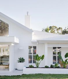 Weatherboard House, Queenslander, Three Birds Renovations, Hamptons House, Hamptons Style Decor, Hamptons Kitchen, Facade House, House Facades, Coastal Homes