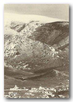 Ο Υμηττός χιονισμένος. (δεκαετία 1930).  Διακρίνεται μέρος του τότε Βύρωνα, το Κακόρεμα, ο λόφος της Ζωοδόχου Πηγής, η Μονή Αναλήψεως και τα γύρο σπίτια.