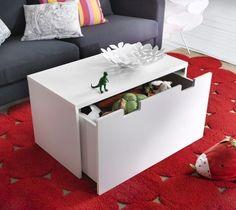 Disfarce um baú de brinquedos (ou seu baú de sapatos) como uma mesinha de centro. | 23 maneiras inteligentes de organizar seu apartamento pequeno