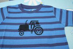 Traktor na tričku vznikl za pomoci šablony. Velký výběr šablon najdete tady: http://www.sevt.cz/obchod/skoly-a-skolky/vytvarne-potreby/textilni-kreativita/sablony-a-doplnky/