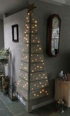 Christmas DIY: Corner Pallet Tree w Corner Pallet Tree with Lights.these are the BEST DIY Christmas Decorations Noel Christmas, Christmas Projects, All Things Christmas, Christmas Lights, Pallet Christmas, Modern Christmas, Beautiful Christmas, Simple Christmas, Christmas Photos
