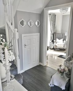 25 Best Hallway Walls Make Your Hallways Renovation - Best Home Ideas and Inspiration Hallway Furniture, Hallway Walls, Style At Home, Grey And White Hallway, Home Living Room, Living Room Decor, Narrow Hallway Decorating, Flur Design, Hallway Inspiration