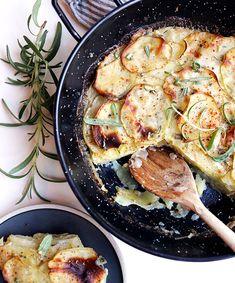 Fløtegratinerte poteter med hvitløk og rosmarin | Veganmisjonen Frisk, Vegan Dishes, Vegetarian, Chicken, Meat, Christmas, Food, Xmas, Essen