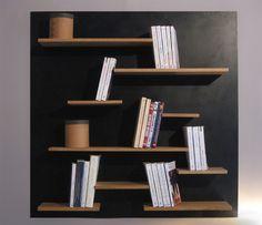Une bibliothèque murale de petite dimension