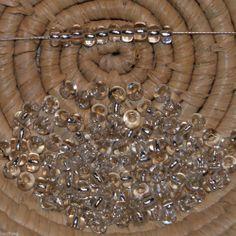 Lot 125 perles de rocaille (cal.5 / 4,5 mm) cristal trou argenté (blanc)