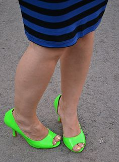 EN: After a series of black and white outfits I'm back with colors. This time I focus on blue, different shades of blue. Neon Shoes, Cute Shoes, Neon Green Shorts, Short Heels, Cool Style, My Style, White Outfits, Shades Of Blue, Bff