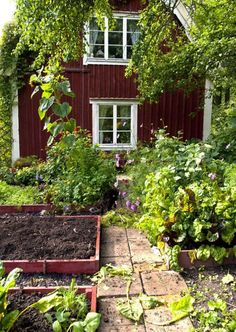 90 Beautiful Small Cottage Garden Ideas for Backyard Inspiration - frontbackhome Small Cottage Garden Ideas, Garden Cottage, Home And Garden, Family Garden, Garden Art, Swedish Cottage, Red Houses, Garden Spaces, Dream Garden