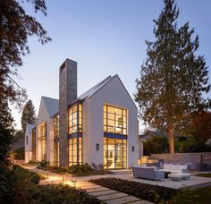 Lakefront House A contemporary interpretation of theShingle Style, this house on a narrow lot on Lake Washingtonfeatures steel sash windows, zinc roof shingles, andcrisply tailored details. Arch…