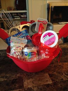 I love these DIY gift basket ideas. These DIY gift baskets are super easy to make and are the perfect gifts for any occasion such as birthdays Christmas for women men kids couple mom father birthday and more. Cupcake Gift Baskets, Birthday Gift Baskets, Diy Gift Baskets, Raffle Baskets, Birthday Gifts, Father Birthday, Fundraiser Baskets, Theme Baskets, Ball Birthday