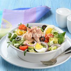 Lehký zeleninový salát přelitý chuťově výraznou zálivkou a nakonec ozdobený tuňákem, vejci a černými olivami. Osvědčený recept na zdravý oběd, nebo večeři.