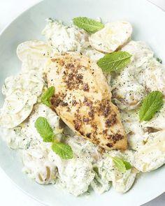 Vandaag maken we een lekker fris  gerechtje met een originele Griekse aardappelsalade. Als basis maken we  de typisch Griekse yoghurtsaus tzatziki en mengen daar krieltjes door.  Daarbij komt gekruide gebakken kipfilet. Smaakt het best op een zonnig  terras! Tortellini, Fabulous Foods, Greek Recipes, Kitchen Recipes, Risotto, Good Food, Healthy Eating, Healthy Recipes, Homemade