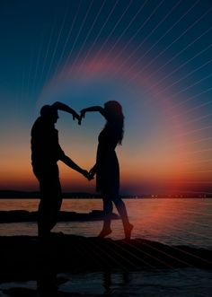 pareja haciendo un corazon