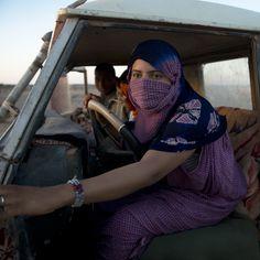 Supermujeres en el Sáhara | Lifestyle Una joven saharaui conduce su vehículo en los Territorios Liberados, cerca de Tifariti. Fotos: Alfons Rodríguez | EL MUNDO