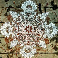 Simple Rangoli Border Designs, Simple Flower Rangoli, Easy Rangoli Designs Diwali, Free Hand Rangoli Design, Small Rangoli Design, Rangoli Ideas, Rangoli Designs With Dots, Beautiful Rangoli Designs, Indian Rangoli Designs