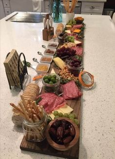 Gourmet Cheese Board – - Food and Drinks Plateau Charcuterie, Charcuterie And Cheese Board, Charcuterie Platter, Cheese Boards, Snacks Für Party, Appetizers For Party, Appetizer Recipes, Appetizer Ideas, Christmas Appetizers