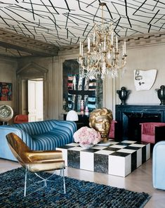 Romantic and glamourous with origins in Old World luxury, statement ceilings boldly make their return to interior design. #bolddesign #livingroomdecor