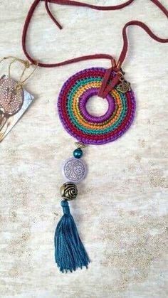 Piece made of cotton yarn, felt, leather, stones and metals. Mandala Au Crochet, Crochet Diy, Love Crochet, Bead Crochet, Beautiful Crochet, Crochet Jewelry Patterns, Crochet Accessories, Crochet Designs, Textile Jewelry