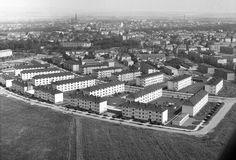V popředí sídliště 1. pětiletky v Neředíně - postavené v letech 1947 - 1951