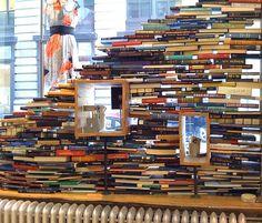 #anthropologie window display. photo by John C Abell (flickr) #books Visual Display, Display Design, Store Design, Store Window Displays, Library Displays, Anthropologie Display, Merchandising Displays, Store Windows, Book Crafts