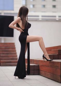 I ❤️ her sexy beautiful legs in high heels and sexy body in cool tight dress. Women With Beautiful Legs, Lovely Legs, Beautiful Models, Sexy Outfits, Sexy Dresses, Fashion Outfits, Girl Fashion, Pernas Sexy, Sexy Women