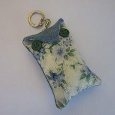 Porte-clés/ bijou de sac en tissu bleu fleuri et jean