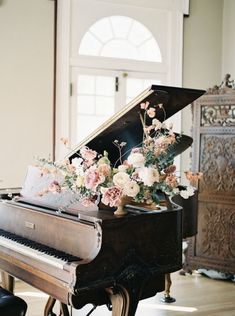Regal wedding aesthetic. Classical music wedding. Piano and flowers.