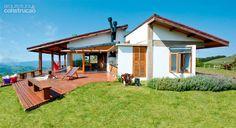 Em plena Serra da Bocaina, a casa de madeira, alvenaria, concreto e vidro faz um convite irrecusável para os fins de semana: sentar e apreciar a paisagem. Projeto Teuba Arquitetura e Urbanismo.