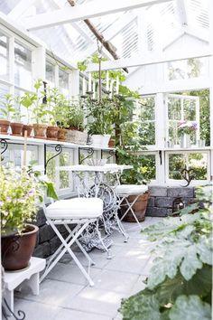 Kasvihuone vanhoista ikkunoista. Greenhouse made of old windows. | Unelmien Talo&Koti Kuva: Hanne Manelius Toimittaja: Ilona Pietiläinen