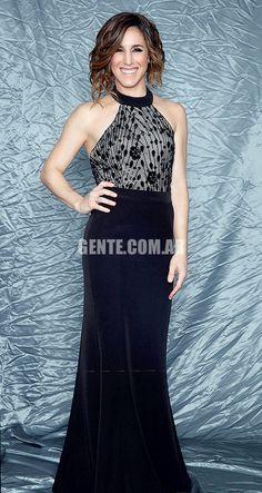 Soledad Pastorutti: Vestido de escote americano bordado con falda, de Verónica Far, zapatos Deattar y joyas de oro blanco y brillantes de Jean Pierre.