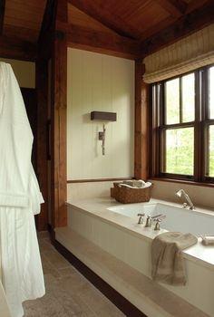 Salle de bain rustique . Lampe. Panier