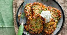 Zucchini and bacon fritters with garlic yoghurt. A healthier alternative to hash browns, these fritters are the ideal snack to sneak in a serve of greens. Pumpkin Fritters, Potato Fritters, Zucchini Fritters, Zucchini Patties, Bacon Zucchini, Recipe Zucchini, Zuchinni Recipes, Samosas, Cooking Recipes