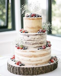 Wedding Cakes Transparent masking, dusted berries, babie's breath, exposed wood cake stand - 100 Wedding Cakes to spire you. The wedding cake is the showpiece of the wedding reception and the sharing of wedding cake remains as important today Beautiful Cakes, Amazing Cakes, Boho Beautiful, Beautiful Models, Wedding Cake Rustic, Berry Wedding Cake, Summer Wedding Cakes, Cake For Wedding, Boho Wedding