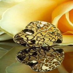 الحب هو احساس اهتمام مشاعر ثقة غيرة خوف رعاية اشتياق فالحب شي فطري من داخل الانسان نحو من يحب