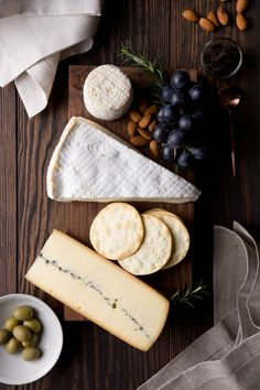 Home made water crackers, cheese board. Recipe on the blog: http://www.crop.fr/2016/02/11/homemade-water-crackers/ Cheeses: Chabichou du Poitou raw goat's milk. Brie de Meaux 1/2 affine, raw cow's milk. Morbier 70 days, raw cow's milk. CROP linen napkins: in Flax & in Natural colours http://www.crop.fr/product-category/napkins/