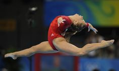 United States' Shawn Johnson competes on the floor during the women's individual all-around final of the artistic gymnastics event of the Beijing 2008 Olympic Games in Beijing on August 15, 2008.  United States' Nastia Liukin won the gold, her compatriot Shawn Johnson the silver and China's Yilin Yang the bronze.   AFP PHOTO / LLUIS GENE OLY-2008-GYMNASTICS-FINAL-USA