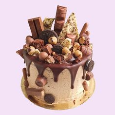Delicious cake with chocolate pralinés and chocolate bars! White Chocolate Cookies, Chocolate Chip Cookie Dough, Chocolate Sweet Cake, Chocolate Explosion Cake, Food Cakes, Cupcake Cakes, Cupcakes, Bolo Red Velvet, Chocolate Swiss Meringue Buttercream
