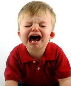 """Los berrinches o las pataletas ¿Les ha pasado que su peque hace un berrinche o una pataleta y entre más intentan calmarlo o ignorarlo más se intensifica? En esta ocasión les compartimos algunas recomendaciones que pueden ayudarlos. Ve el berrinche como un mensaje que comunica que tu peque está frustrado, enojado, cansado o hambriento.  Identifica la razón del berrinche y házle saber que entiendes el mensaje: """"Veo que estás enojado porque tenemos que regresar a casa, yo también me enojaría"""""""