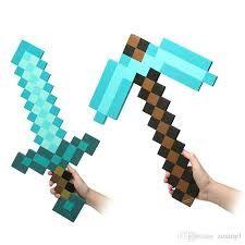 Bricolage épée Minecraft - Découper des dizaines de carrés dans du papier construction, puis une épée dans un grand carton. Donnez les couleurs désirées à l'épée en collant les petits carrés.
